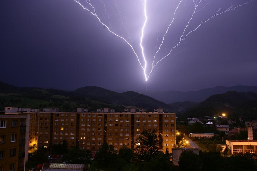 Búrkový blesk, ktorý zasiahol rádiový vysielač na Skalke, v okolí Banskej Bystri